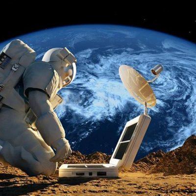 Asztronauta a Holdon munka közben (illusztráció)