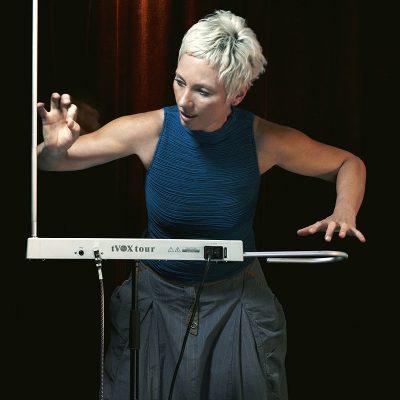 Barbara Buchholz német tereminvirtuóz játék közben