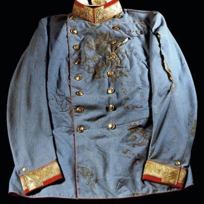 A trónörökös által viselt vérfoltos ruha