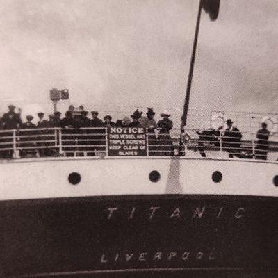 Miután az angliai Southampton kikötőjéből elindult, a Titanic még két városban megállt utasokat felvenni a nyílt óceánra való indulás előtt. A képen az írországi Queenstownból hajózik ki éppen az óceánjáró, tatján kivándorlók gyűlnek a tatkorláthoz, hogy egy utolsó pillantást vessenek szülőföldjükre. A katasztrófa éjszakáján az áldozatok közül sokan itt gyűltek össze, mielőtt a hajó végleg elmerült volna.